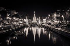 Vista dell'albero di Natale su un ponte alla notte in bianco e nero Immagine lunga di esposizione in Riccione, Emilia Romagna, It fotografie stock libere da diritti