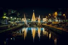 Vista dell'albero di Natale su un ponte alla notte, con le riflessioni Immagine lunga di esposizione in Riccione, Emilia Romagna, immagini stock