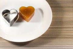 Vista dell'albicocca della gelatina di frutta candita da sopra con la forma del ferro sul piatto Fotografie Stock Libere da Diritti