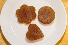 Vista dell'albicocca della gelatina di frutta candita da sopra sul piatto Immagini Stock