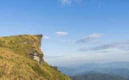 Vista dell'alta montagna con cielo blu al 'chi' fa di Phu nella provincia Tailandia di Chiangrai Fotografie Stock