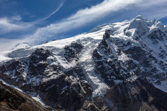Vista dell'alta montagna con il grande scorrimento del ghiacciaio Immagine Stock Libera da Diritti