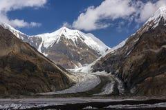 Vista dell'alta montagna con il picco isolato dalla neve maestoso Immagini Stock Libere da Diritti