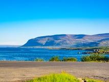 Vista dell'alta montagna e del mare blu Immagini Stock Libere da Diritti