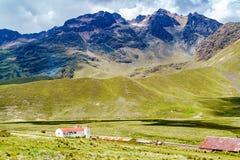 Vista dell'alta montagna e della chiesa Immagine Stock Libera da Diritti