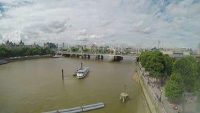Vista dell'angolo alto dalla finestra del Tamigi e dalla passerella con il cielo nuvoloso e dalle costruzioni a Londra - archivi video