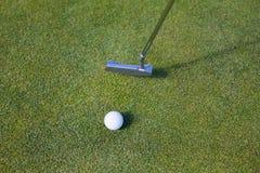 Vista dell'angolo alto del club di golf e della palla Fotografia Stock Libera da Diritti