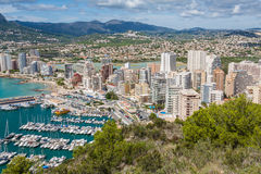 Vista dell'angolo alto del porticciolo in Calpe, Alicante, Spagna fotografie stock