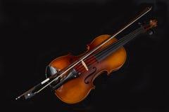 Vista dell'angolo alto del violino e dell'arco Fotografia Stock Libera da Diritti