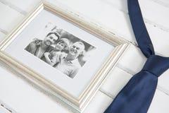 Vista dell'angolo alto della cornice dalla cravatta sulla tavola Fotografia Stock Libera da Diritti