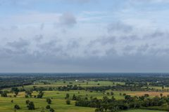 Vista dell'angolo alto della foresta e delle risaie immagini stock libere da diritti