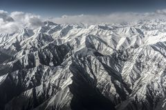 Vista dell'angolo alto della montagna della neve del paesaggio di inverno dall'aeroplano Leh Ladakh India Fotografia Stock Libera da Diritti