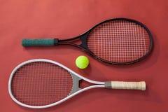 Vista dell'angolo alto della palla in mezzo delle racchette di tennis Immagini Stock Libere da Diritti