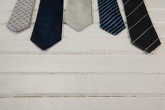 Vista dell'angolo alto delle cravatte sulla tavola bianca Immagini Stock