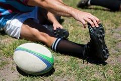 Vista dell'angolo alto delle dita del piede commoventi del giocatore di rugby Immagine Stock