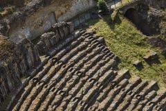 Vista dell'angolo alto delle rovine dell'anfiteatro romano antico Immagini Stock