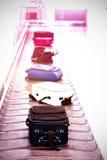 Vista dell'angolo alto di bagagli sul reclamo di bagaglio Fotografia Stock