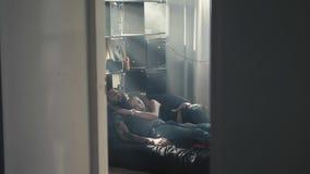 Vista dell'angolo alto di belle giovani coppie felici che abbracciano mentre dormendo sul letto, primo mattino, relashionships, u video d archivio