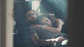 Vista dell'angolo alto di belle giovani coppie felici che abbracciano mentre dormendo sul letto, primo mattino, relashionships, u archivi video