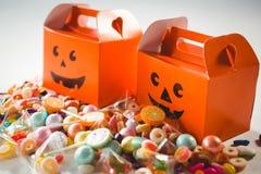 Vista dell'angolo alto di vario alimento dolce dalle scatole arancio Fotografia Stock Libera da Diritti