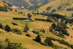 Vista dell'angolo alto sopra il pendio di montagna verde del campo Immagine Stock