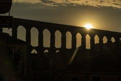 Vista dell'aquedotto famoso di Segovia al tramonto immagine stock libera da diritti