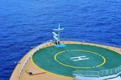 Vista dell'arco del ` s della nave e della piazzola di eliporto della nave da crociera immagine stock libera da diritti