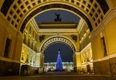 Vista dell'arco della costruzione dello stato maggiore sulla via di Bolshaya Morskaya al quadrato del palazzo nella città di San  fotografia stock libera da diritti
