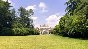 Vista dell'arco di pace da Parco Sempione sul prato video d archivio