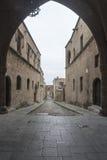 Vista dell'arco giù la via dei cavalieri città di John Rhodes del san di vecchia Immagini Stock