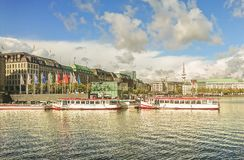 Vista dell'argine con le navi di condizione sul lato opposto del fiume e della parte della città di Amburgo, Germania fotografia stock libera da diritti
