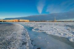 Vista dell'argine con lo sputo di Mytninskaya del molo di Vasilyevsk Fotografia Stock
