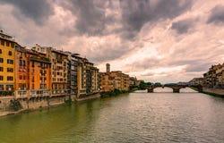 Vista dell'argine del Arno a Firenze Fotografie Stock Libere da Diritti