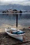 Vista dell'argine del lago Orta nel Nord dell'Italia fotografie stock libere da diritti