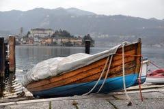 Vista dell'argine del lago Orta nel Nord dell'Italia immagini stock libere da diritti