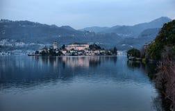 Vista dell'argine del lago Orta nel Nord dell'Italia immagine stock libera da diritti
