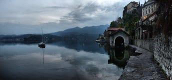 Vista dell'argine del lago Orta nel Nord dell'Italia fotografia stock libera da diritti