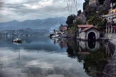 Vista dell'argine del lago Orta nel Nord dell'Italia fotografie stock
