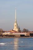 Vista dell'argine la città Sankt-Peterburg nel giorno di estate Fotografia Stock