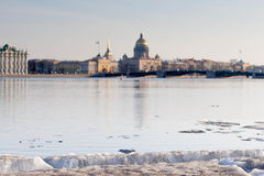 Vista dell'argine la città Sankt-Peterburg nel giorno di estate Immagine Stock