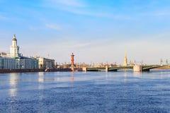 Vista dell'argine la città Sankt-Peterburg nel giorno di estate Immagini Stock Libere da Diritti