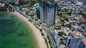 Vista dell'aria della strada di città della spiaggia di Nha Trang Vietnam archivi video