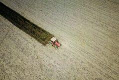 Vista dell'aria di aratura del trattore rosso Immagine Stock