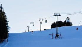 Vista dell'ascensore di sci in montagna delle alpi nella sera blu Immagini Stock Libere da Diritti