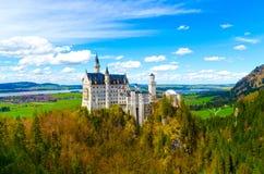 Vista dell'attrazione turistica famosa il castello del XIX secolo nelle alpi bavaresi - il Neuschwanstein Fotografie Stock