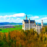 Vista dell'attrazione turistica famosa il castello del XIX secolo nelle alpi bavaresi - il Neuschwanstein Immagine Stock