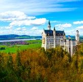 Vista dell'attrazione turistica famosa il castello del XIX secolo nelle alpi bavaresi - il Neuschwanstein Fotografia Stock Libera da Diritti