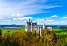 Vista dell'attrazione turistica famosa il castello del XIX secolo nelle alpi bavaresi - il Neuschwanstein Immagini Stock