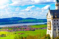 Vista dell'attrazione turistica famosa il castello del XIX secolo nelle alpi bavaresi - il Neuschwanstein Immagine Stock Libera da Diritti