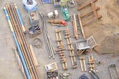 Vista dell'attrezzatura del macchinario dei tubi dei materiali del cantiere della costruzione da sopra il fuco del suolo della sa Immagine Stock